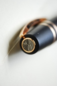 The clever magnetic top that allows initials, precious stones or anything to personalise the pen.